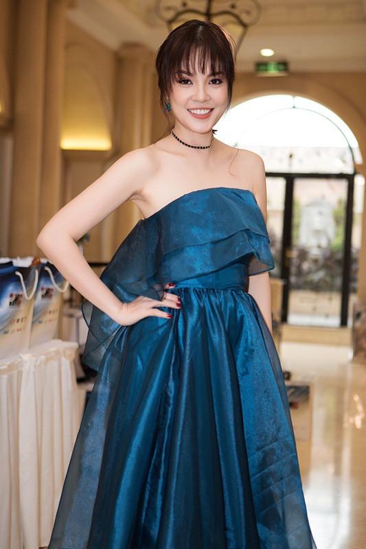 Dương Cẩm Lynh trẻ trung với tóc mái ngố, diện chiếc váy xanh cúp ngực, khoe vai trần gợi cảm tại sự kiện. Với vai Duyên trong bộ phim Một nửa nanh cọp, Á hậu Điện ảnh 1999 là một trong những ứng cử viên nặng ký cho danh hiệu Nữ diễn viên được yêu thích nhất.