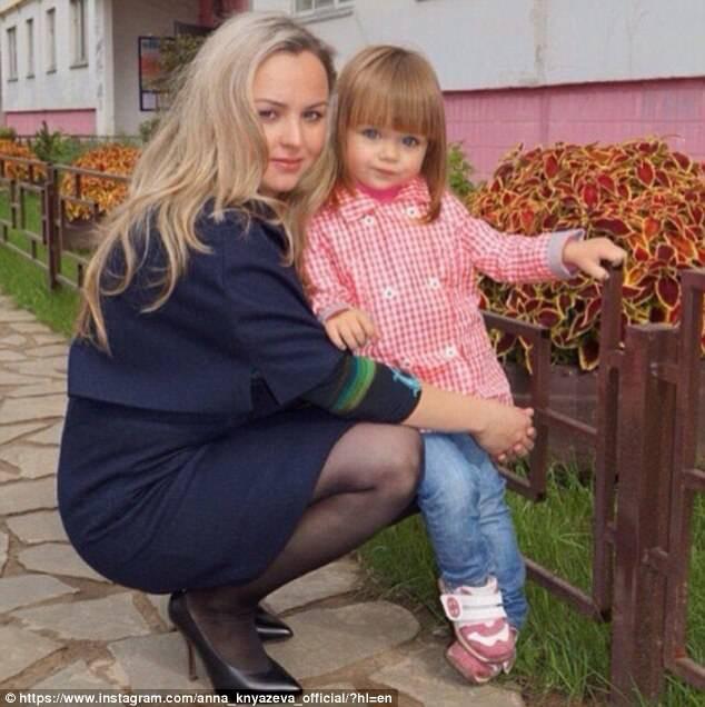 Người mẹ này liệu có tiên đoán được những phiền phức có thể sẽ xảy đến với cô con gái đẹp như thiên thần của mình?