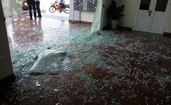 Đã có không ít trường hợp kính cường lực bất ngờ nổ tung, mảnh vụn bắn đầy sàn nhà.