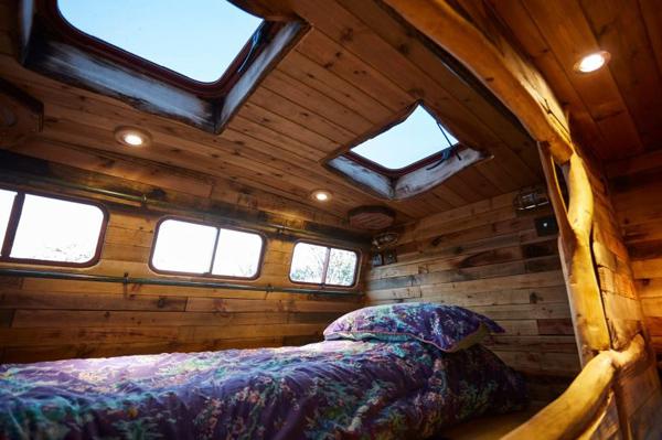 Phòng ngủ tối giản chỉ có giường nhưng nhờ cửa sổ cạnh và cửa sổ trần nên không hề có cảm giác tối tăm, chật hẹp.