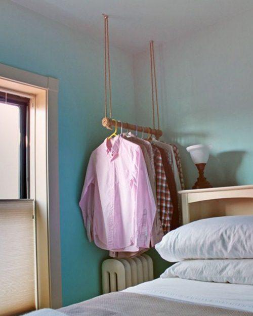 Không cần đến những chiếc tủ to đồ sộ quần áo của bạn cũng được treo lên giá ngăn nắp.
