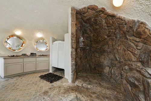 Đâu đó trong ngôi nhà được trang trí những góc nhìn như hang động.