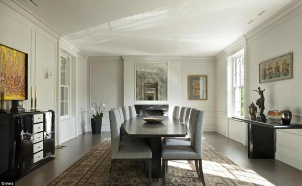 Phòng ăn được bố trí lịch sự, với bàn ăn lớn được đặt ở ngay chính giữa.