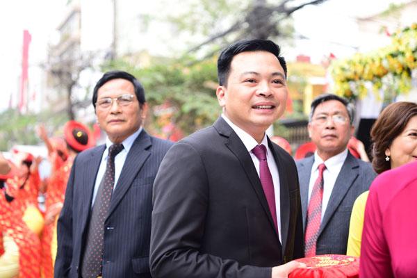Doanh nhân Doãn Văn Phương không giấu được nụ cười hạnh phúc trong ngày hỏi vợ. Anh và đoàn nhà trai di chuyển bằng ô tô từ Hà Nội vào lúc sáng sớm để kịp có mặt ở nhà gái tại Hải Phòng vào đúng giờ lành.