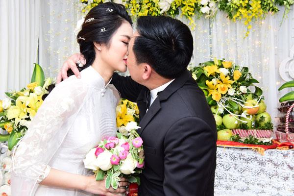 Đôi uyên ương trao nhau nụ hôn ngọt ngào trong sự vui mừng của quan viên hai họ.