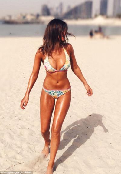 Nữ tiếp viên xinh đẹp khoe đường cong nóng bỏng, đáng ghen tị trên bãi biển.