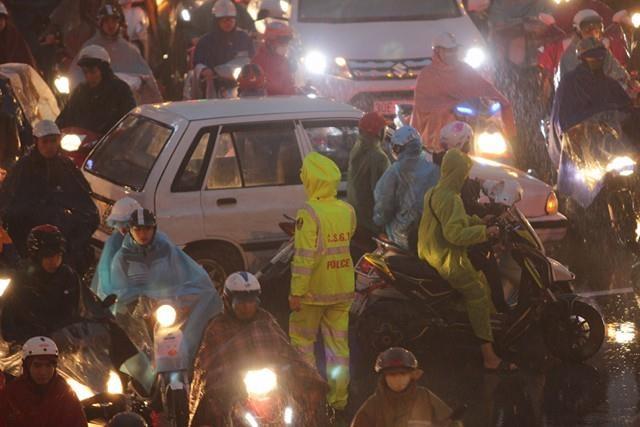 Lực lượng chức năng rất vất vả phân luồng giao thông ở ngã 6 Ô Chợ Dừa. Ảnh: Đoàn Bổng