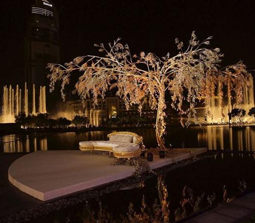 Sân khấu chính nổi giữa mặt nước với điểm nhấn là cây hoa dát vàng cao 3m. Quanh khu vực tổ chức hôn lễ, các tiết mục nhạc nước diễn ra xuyên suốt.