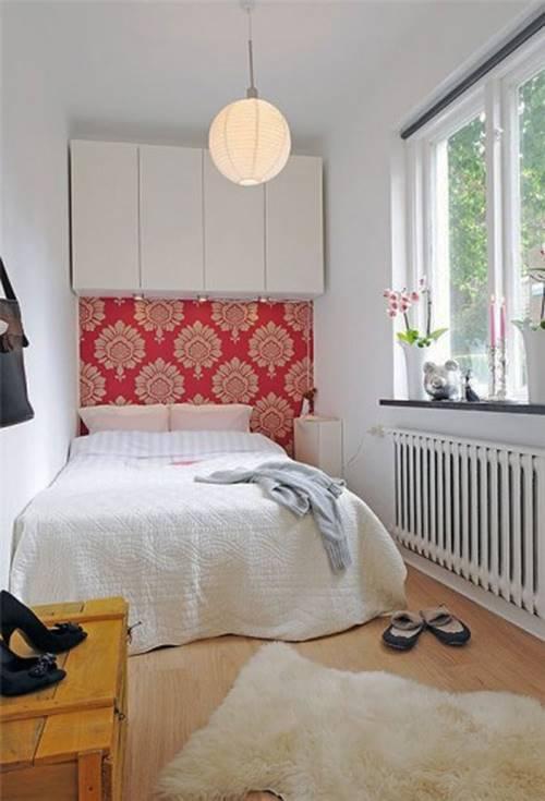 Đầu giường nên dựa sát vào một cạnh tường, tuy nhiên không nên để đèn treo trần nhà ngay trên giường. Ảnh minh họa