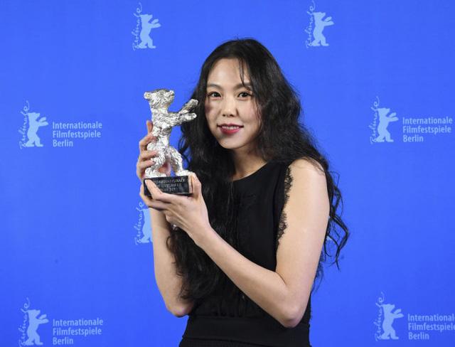 Tuyên bố tình yêu với đạo diễn Hong ở LHP quốc tế khiến Min Hee tiếp tục bị tẩy chay