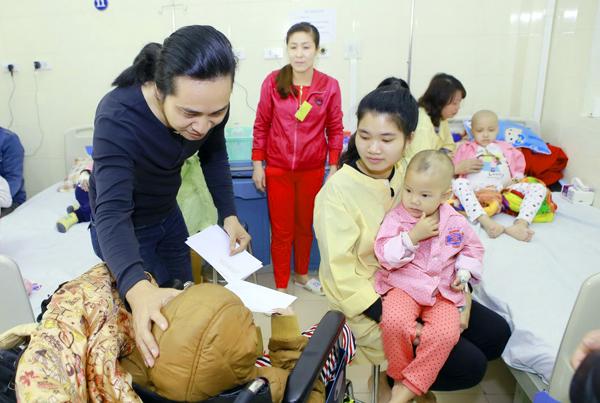 Trần Tuấn Hùng, thành viên nhóm Bức Tường cũng chia sẻ với các em nhỏ không may mắc bệnh hiểm nghèo.