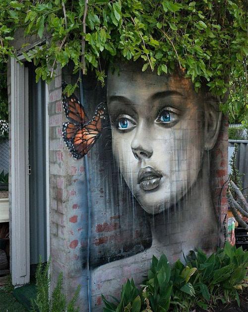 Hình ảnh cô gái ngây thơ cùng chú bướm đã mang lại sức sống cho bức tường này.