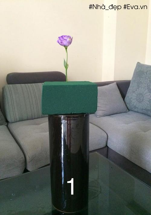 Cắm một bông ở vị trí giữa của miếng xốp ở gờ phía sau. Chiều cao của bông hoa bằng khoảng 1/3 chiều cao của bình.