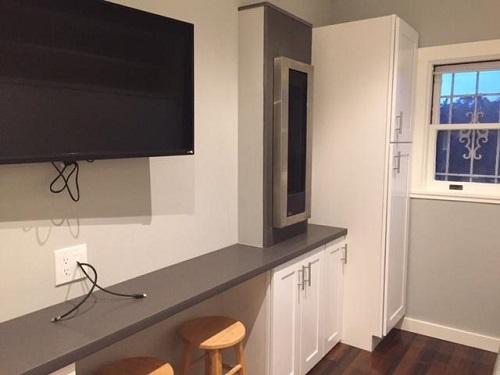Nhà tuy nhỏ, chỉ 18m2 nhưng cũng không thiếu thứ gì, tủ đồ, tivi, điều hòa... đều có đủ.