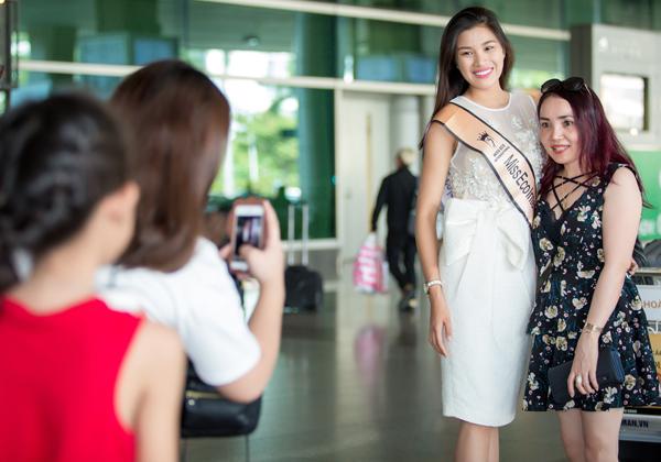 Một vài khán giả ở sân bay nhận ra Nguyễn Thị Thành đã xin chụp ảnh kỷ niệm.