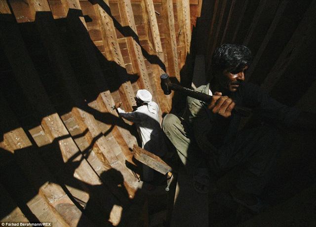 Người lao động nghèo làm việc dưới cái nắng 50 độ C ngày hè và nhận đồng lương hạn chế.