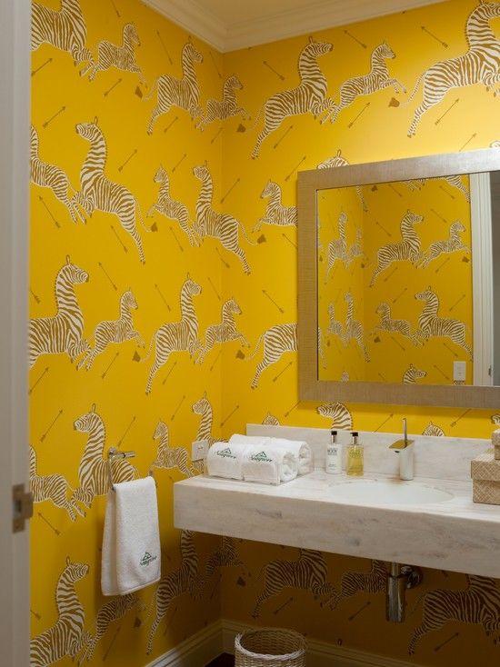 6. Hình ảnh những chú ngựa vằn đang trong tư thế nhảy lên cao đem lại không gian phòng tắm cực kỳ táo bạo. Nền tường với sắc vàng vui tươi càng làm không khí thêm sống động.