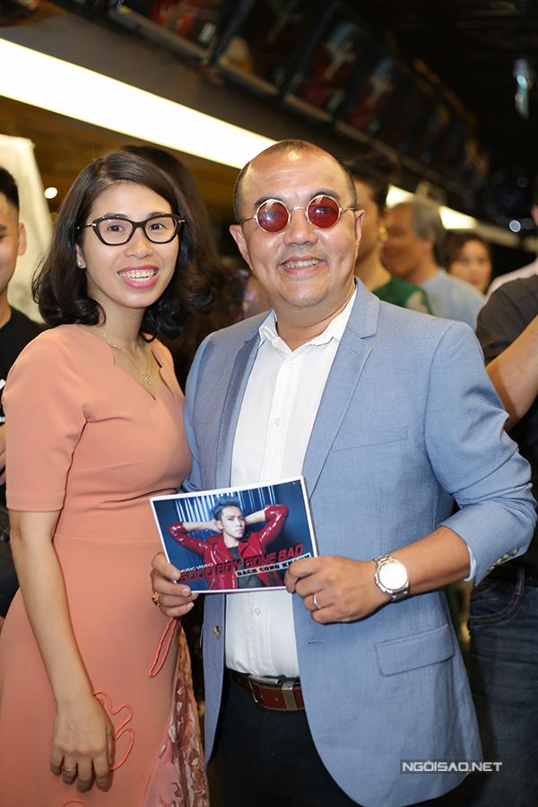Vợ chồng đạo diễn Quốc Thuận tình tứ sánh đôi.