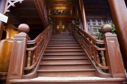 Được biết ngôi nhà sàn gỗ lim này thuộc sở hữu của đại gia Bùi Đức Giang.