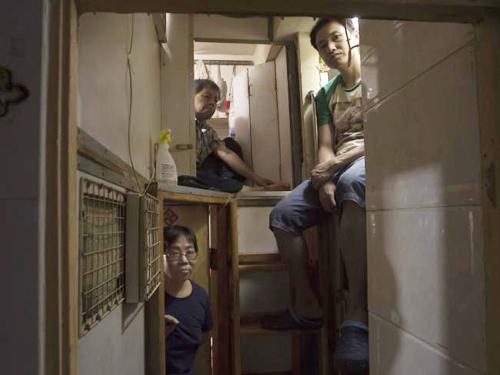 Đây là căn hộ của ba người: Anh Wan, anh Lam và chị Kitty Au. Mỗi người một buồng rộng khoảng 2m2, xếp chồng lên nhau, không hề có cửa sổ.