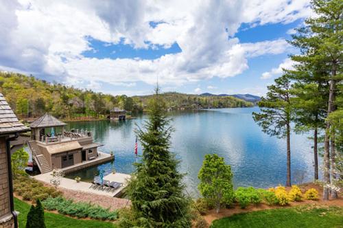 Diện tích của biệt thự lên tới 714 m2, nằm sát một hồ nước rộng mênh mông đầy thơ mộng.
