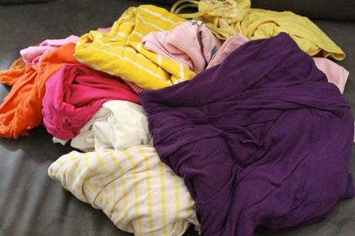 Tập hợp quần áo cũ hoặc vải thừa có màu sắc rực rỡ.