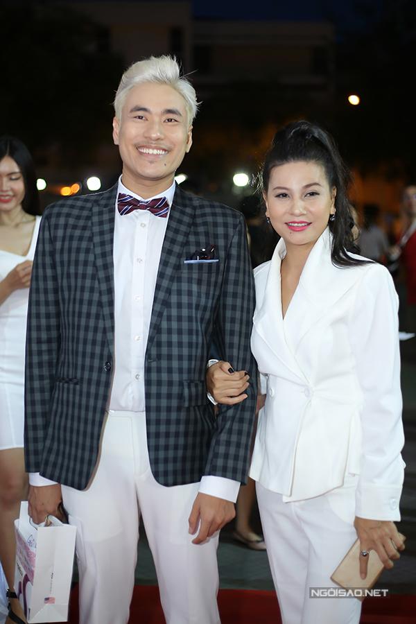 Kiều Minh Tuấn mặc ton-sur-ton với bạn gái Cát Phượng.