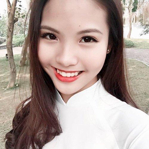 Trong khi bạn bè đồng trang lứa thi đại học và có nhiều dự định học tập, Khánh Linh quyết định lên xe hoa.