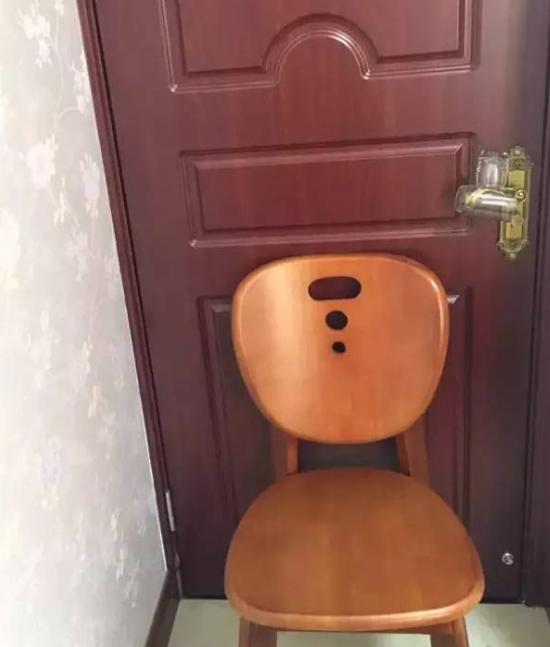 Chỉ cần trộm xoay cửa, cốc sẽ rơi xuống khiến trộm không dám bén mảng vào.