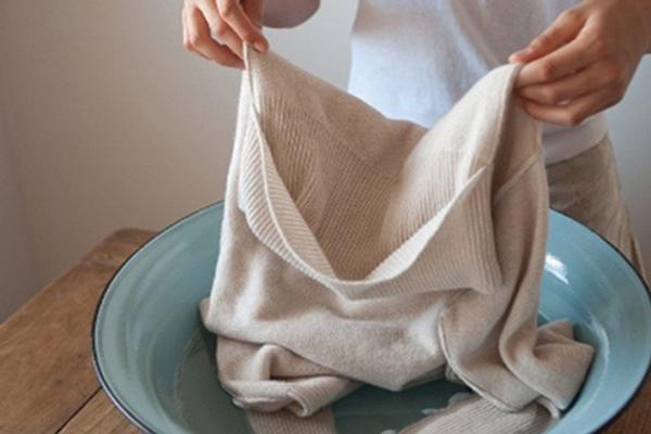 Ngâm đồ với oxy già 30 phút trước khi giặt.