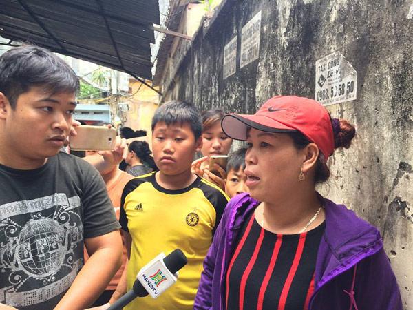 Chị Vũ Thị Yến (họ hàng đằng ngoại cháu V.A) kể lại sự việc với phóng viên.