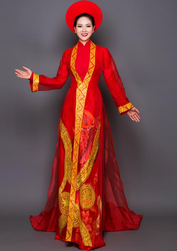 Sau khi du học ở Anh về nước năm 2004, Mai Phương kết hôn với bạn trai từ thời cấp ba. Trong khi ông xã công tác ở ngành công an, Mai Phương làm việc ở công ty xuất nhập khẩu của gia đình và kinh doanh thời trang.