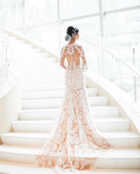 Bộ váy tuyệt đẹp tôn lên đường nét hấp dẫn của cô dâu.
