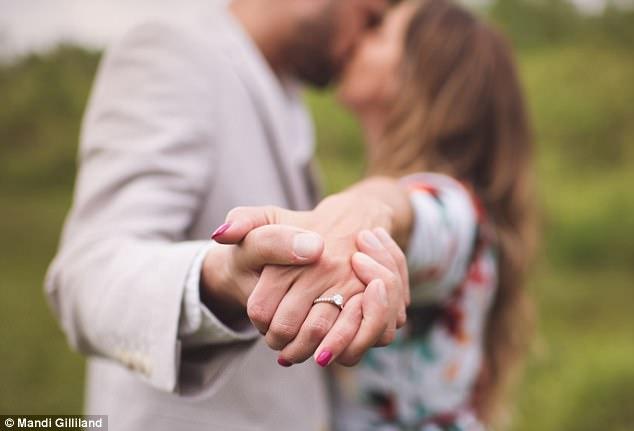 Hai người đã hẹn hò với nhau cách đây 7 tháng. Chị Reschar chia sẻ rằng thời gian hẹn hò của hai người không có nhiều vì chị phải chăm sóc cô con gái 5 tuổi Adrianna.