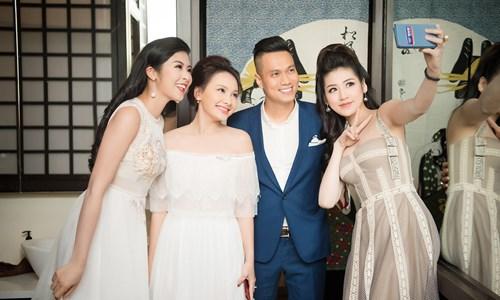 Tại sự kiện Hoa hậu Ngọc Hân và Á hậu Tú Anh vui mừng khi hội ngộ cặp đôi đang rất hot của bộ phim Sống chung với mẹ chồng đó là Việt Anh và Bảo Thanh.