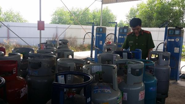 Những bình gas kém chất lượng, hàng nhái bị công an thu hồi. (Ảnh minh họa)