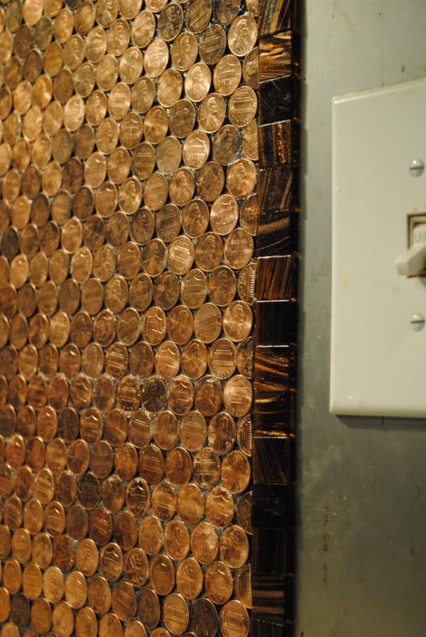 Đường viền bức tường được dán bằng những viên gạch nhỏ cùng tông màu đồng, giúp cho bức tường gọn gàng và vuông vức hơn.