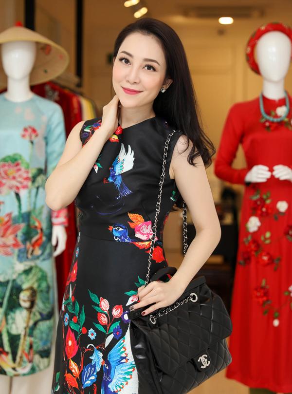 Linh Nga cũng tới showroom của nhà thiết kế Tùng Vũ để chọn đồ, chuẩn bị dự tiệc ở TP HCM.
