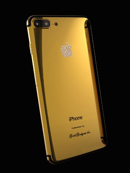 GoldGadgets4u cũng là công ty chuyên mạ vàng các sản phẩm cao cấp của Đức. Ngoại chất liệu vàng, nhà sản xuất còn mạ kim cương lên logo Apple phía sau. Hãng cũng hỗ trợ người dùng khắc tên riêng lên sản phẩm theo nhiều phong cách khác nhau. Giá bán cho model iPhone 7 Plus - 24k Gold Crystal khoảng 120 triệu đồng.
