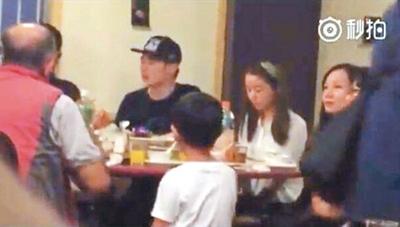 Hình ảnh hiếm hoi của Lâm Tâm Như với gia đình chồng, tại một quán ăn bình dân.