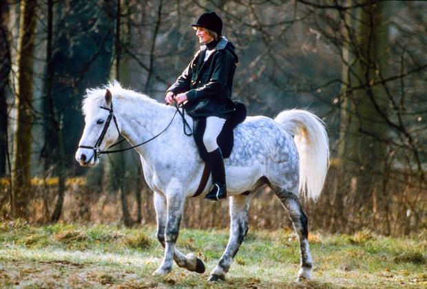 Nụ cười an nhiên của công nương Diana khi thong dong trên lưng ngựa.