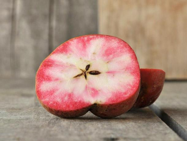 Giống táo lõi hồng có tên Hidden Rose, hay còn được gọi là Airlie Redflesh, được xem là một trong những loại táo được ưa chuộng và bán chạy tại Mỹ.
