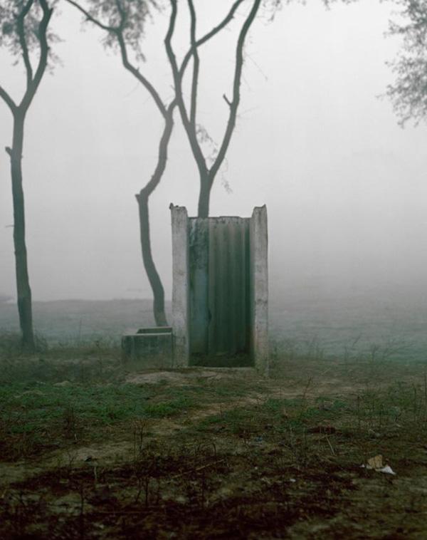 Một nhà vệ sinh ngoài trời không được che chắn ở Ấn Độ.