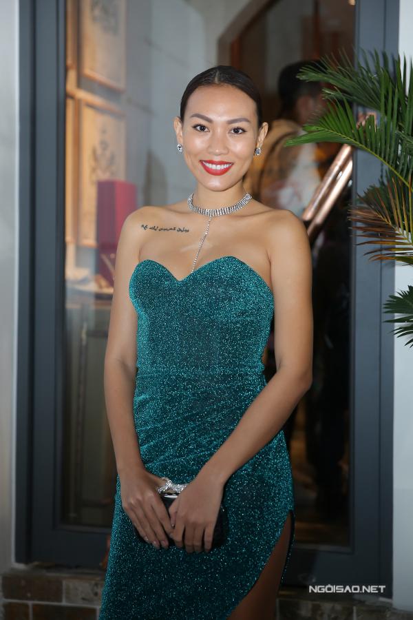 Diệu Huyền khoe vai trần gợi cảm. Bà mẹ một con vừa đoạt ngôi Á hậu cuộc thi Hoa hậu Quý bà Áo dài Việt Nam 2017 tổ chức tại Australia.