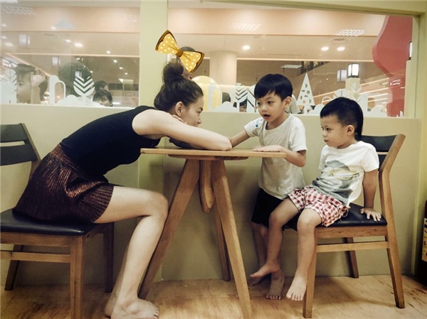 Cô Hồ Ngọc Hà chơi cùng hai cháu con anh trai.