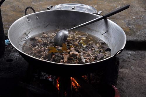 Thắng cố: Thắng cố là món ăn truyền thống của người H'Mông ở Lào Cai, gồm thịt thừa và nội tạng của ngựa được cho vào chảo xào săn, sau đó ninh nhừ. Món này có vị khá khó ăn và mùi khiến nhiều khách phải nín thở. Ảnh: Thùy Mai/Infonet.