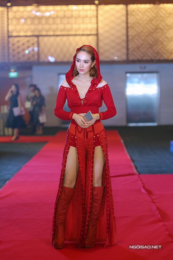 Ca sĩ Minh Hằng trông bí ẩn với bộ cánh cut-out-, xẻ tà có thêu hai chữ cái viết tắt tên cô trên eo.