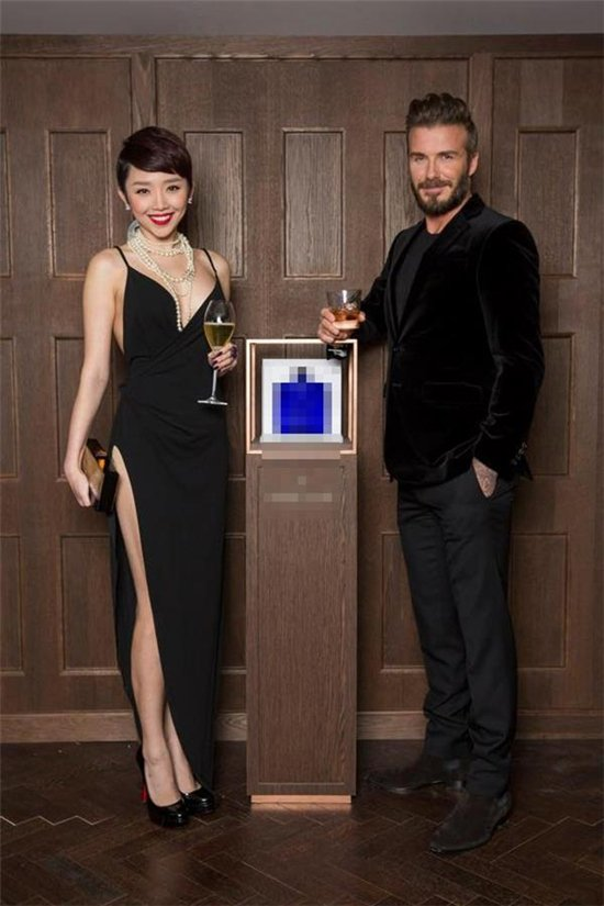Một cây hàng hiệu tiền tỷ khác mà Tóc Tiên chọn diện để gặp Beckham, gồm váy Roberto Cavalli, giày Christian Louboutin, set trang sức Chanel cùng clutch Dior.