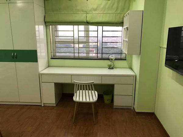 Một góc làm việc xanh lá gần cửa sổ có view rất đẹp trong căn nhà.