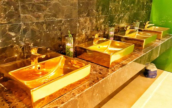 Không chỉ có nhiều chi tiết dát vàng ở không gian sảnh lớn, mà ngay cả nhà vệ sinh của khách sạn này cũng được mạ vàng chói lóa.